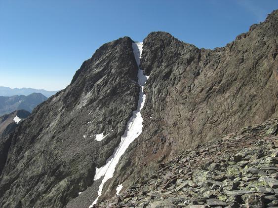 En passant sur le sommet de la crête Sud-Ouest du col de Riufret ou de Rioufred (3041 m), regard vers la Punta Gabarro
