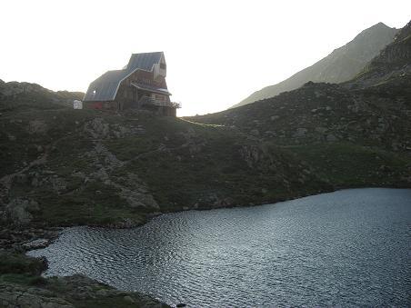 7 heures, arrivée à l'Etang du Pinet 2224 mètres avec son refuge
