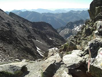 Arrivée au col frontière 2978 mètres au Sud-Ouest du pic du Montcalm, regard au Sud-Est