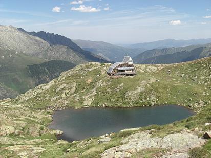 Retour en passant par l'Etang du Pinet 2224 mètres, dominé par le refuge de l'Etang du Pinet