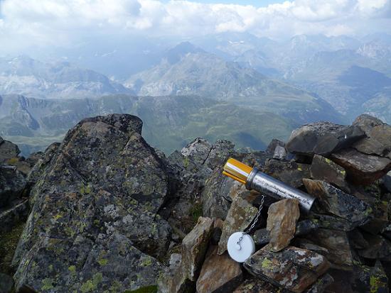 Au sommet du pic ou Pale de Crabounouse 3021 m, une boîte-tube en métal contenant carnet et cahier ainsi que crayon et stylo