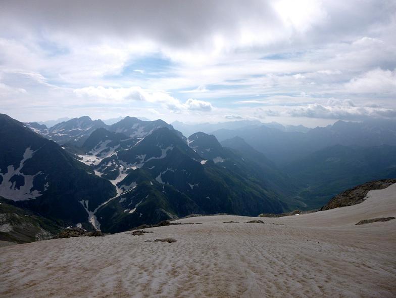 En remontant le glacier d`Ossoue, regard derrière vers les pics d`Aspé et la vallée d`Ossoue