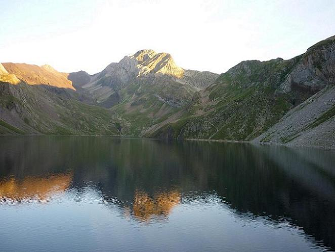 De l`aire de stationnement de Llauset 2240 m, l`estany de Llauset et le pico de Ballibierna