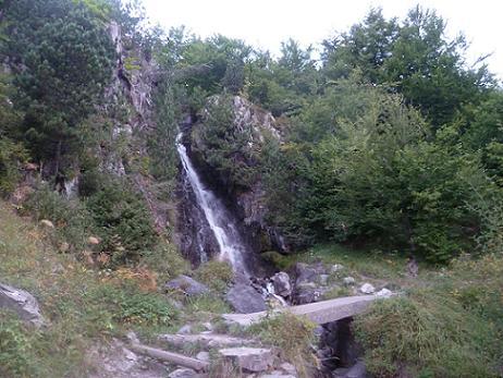 En remontant la vallée de Aguas Limpias, traversée de plusieurs passerelles en béton, qui enjambent les torrents issus de belles cascades sur la gauche
