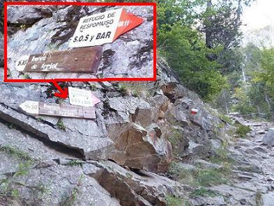 Après avoir laissé filer à gauche la bifurcation du pico Arriel, plus loin on va quitter le GR 11 pour s`engager, à gauche, sur celle des ibones de Arriel