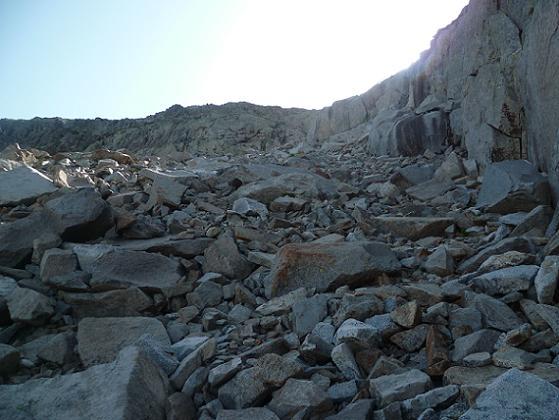 En remontant vers la Frondella Occidental, traversée de zones d`éboulis et de blocs de granit