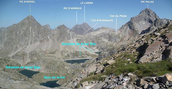 En remontant vers la Frondella Occidental, regard derrière vers les pics d`Arriel, Lurien, Palas et les lacs d`Arriel