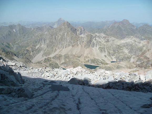 Regard vers le pic du Midi d`Ossau et les lacs d`Arriel