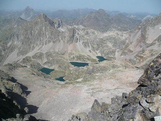 De la deuxième brèche, regard vers le pic du Midi d`Ossau et les lacs d`Arriel