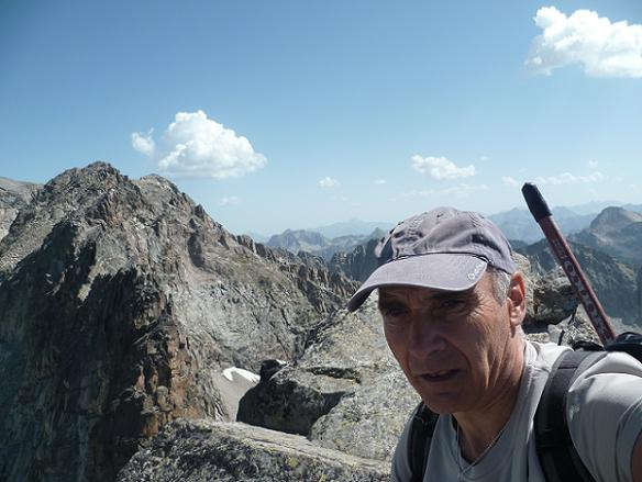 Au sommet de la Frondella Occidental 3001 m, devant la crête de la Frondella