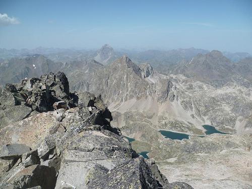 Du sommet de la Frondella Occidental 3001 m, les pics du Midi d`Ossau, d`Arriel et Lurien ainsi que les lacs d`Arriel