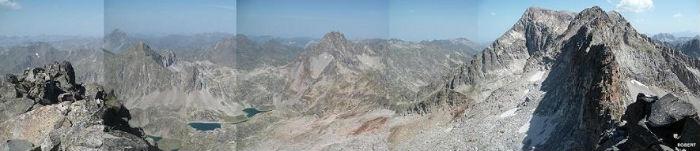 Du sommet de la Frondella Occidental 3001 m, les pics du Midi d`Ossau, d`Arriel, Palas, Balaitous, de la Frondella et les lacs d`Arriel