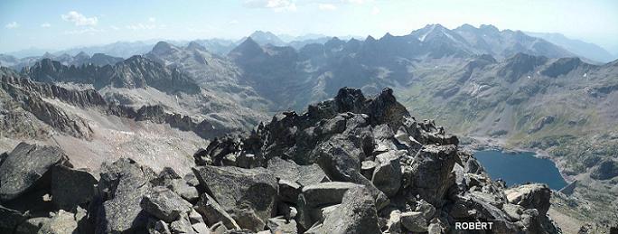 Du sommet de la Frondella Occidental 3001 m, la Grande Fache, le Vignemale, les picos del Infierno, Garmo Negro, Algas-Argualas et l`embalse de Respomuso