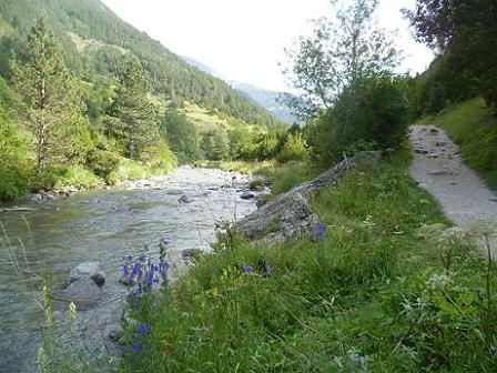 Le sentier qui longe le Barranco de Aguas Limpias est propre