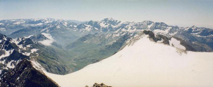 Du sommet du Vignemale 3298 m, le massif de Gavarnie Monte Perdido, le glacier d`Ossoue et le Montferrat