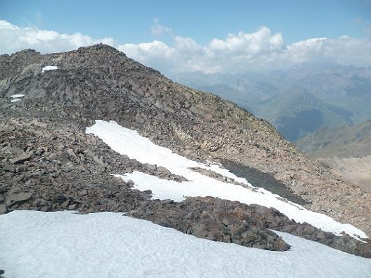 Retour vers le pic ou Pale de Crabounouse, passage près d`un petit lac à près de 3000 m