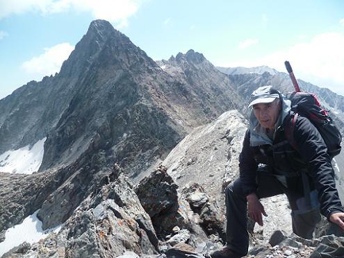 Au sommet du pic de Bugarret 3031 m, devant le pic Long