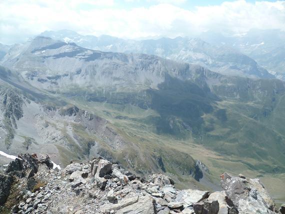 Du sommet du pic de Bugarret 3031 m, la vallée Sausset Campbieil