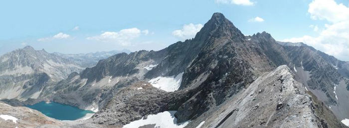 Du pic de Bugarret 3031 m, les pics de Néouvielle, Long et Badet,, le lac Tourrat