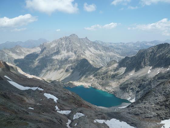 Du sommet du pic de Bugarret 3031 m, le pic de Néouvielle et le lac Tourrat