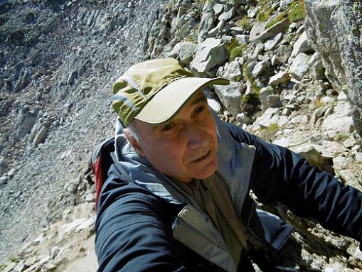 Remontée vers la Brèche (2935 m) en escaladant les rochers à gauche du couloir