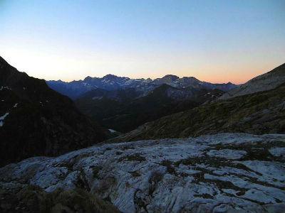 Début de la montée à l`aube, devant les sommets de Gavarnie
