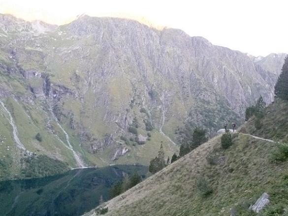 En montant vers le col d`Espingo, le jour se lève au-dessus du lac d`Oô