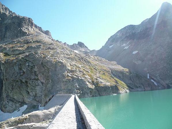 Traversée du barrage du lac du Portillon, face aux Crabioules