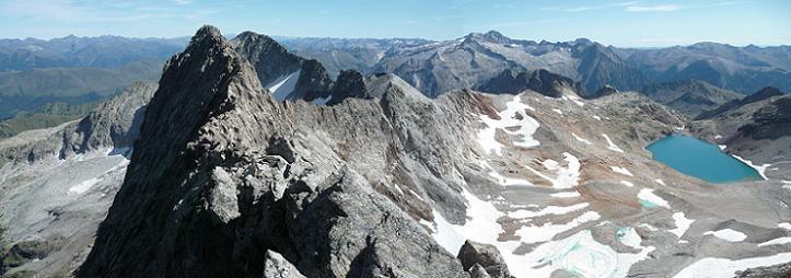Du sommet du pic des Crabioules Occidental (3106 m), le sommet Oriental, le pic de Maupas et le massif Aneto Maladeta