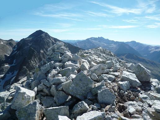 Arrivée au sommet du pic du Seil de la Baque (3110 m) face au Perdiguère et Aneto