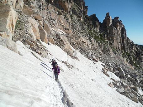 Après avoir basculé, du Portillon Superior, sur le versant du glacier de Aneto, progression sous les falaises de los Portillones