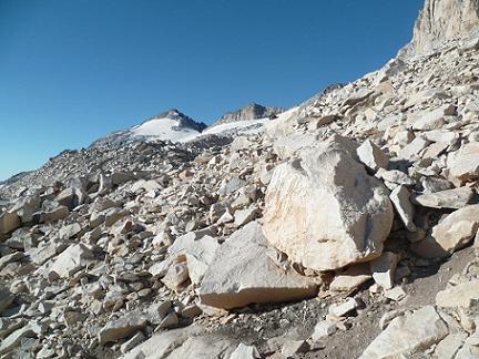 Progression dans le pierrier de Aneto, devant le pico de Aneto