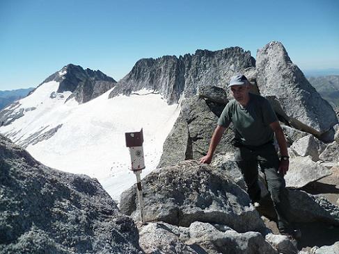 Arrivée au sommet du pico de la Maladeta 3308 m, le pico de Aneto et le pico Maldito dans le dos