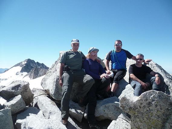 Au sommet du pico de la Maladeta 3308 m, devant le pico de Aneto