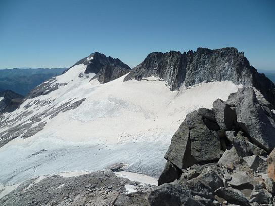 Du sommet du pico de la Maladeta 3308 m, le pico de Aneto et son glacier et le pico Maldito
