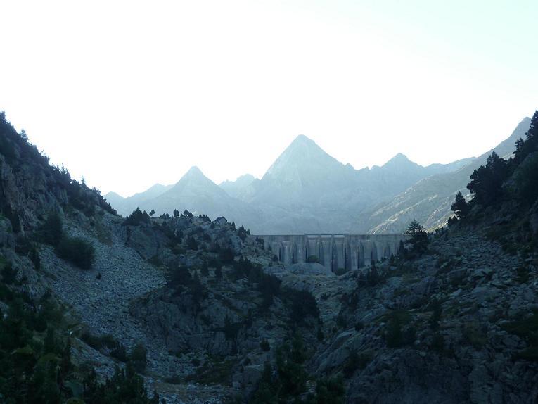 Après avoir laissé filer l`itinéraire des ibones de Arriel, le barrage de Respomuso est en vue