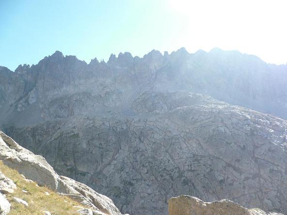 Progression au-dessus de la rive droite du barranco de Respomuso, face à la Cresta del Diablo (crête du Diable)