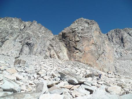 Gros piton rocheux que nous contournerons par la gauche, il vaut mieux passer à droite