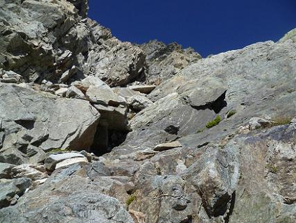 Remontée d`une cheminée encombrée de pierres et de blocs instables