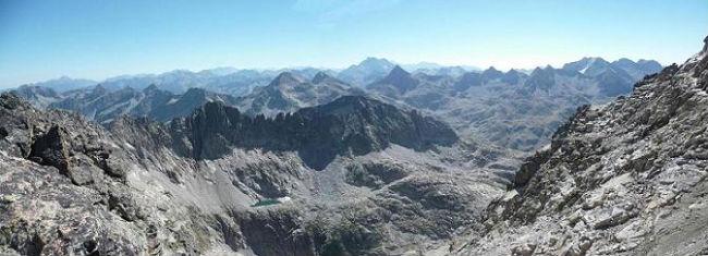 Du sommet de la Aguja Cadier 3022 m, le Vignemale, la Grande Fache, les Infiernos