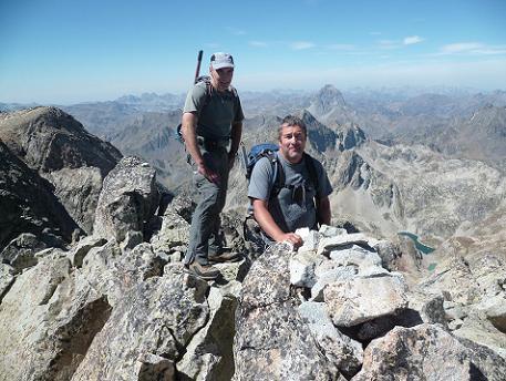 Au sommet de la Frondella Norte 3062 m, devant le pic du Midi d`Ossau
