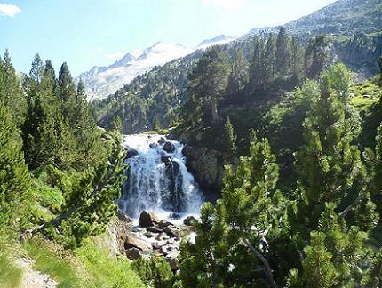 Passage près de la cascade dels Aigualluts