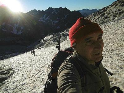 Progression sur le glacier d`Ossoue, au lever du soleil