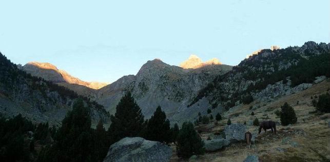 Les premiers rayons de soleil viennent caresser les sommets d`Argualas Garmo Negro