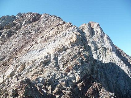 Progression sur la crête de la Aguja de Pondiellos, avec à droite le Garmo Negro à droite