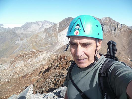 Arrivée au sommet de la Aguja de Pondiellos 3011 m, les picos del Infierno dans le dos