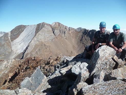 Au sommet de la Aguja de Pondiellos 3011 m, devant les picos del Infierno
