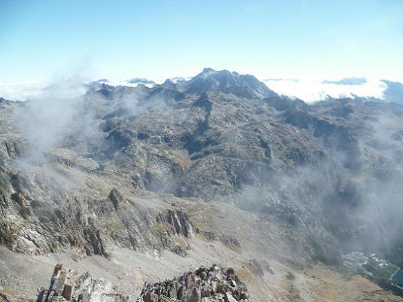 Du sommet de la Aguja de Pondiellos 3011 m, le Vignemale, le massif du Monte Perdido et le Balneario de Panticosa