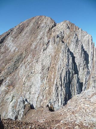 Descente de la Aguja de Pondiellos dans la brèche 2981 m, qui la sépare du Garmo Negro