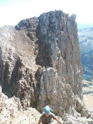 Escalade dans la cheminée du Garmo Negro, la Aguja de Pondiellos dans le dos